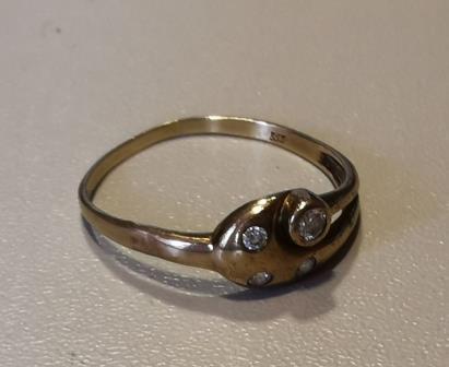 13/2021: goldfarbener Ring mit 4 Steinen im OT Großbodungen hinter dem Buswartehäuschen an der Grundschule gefunden